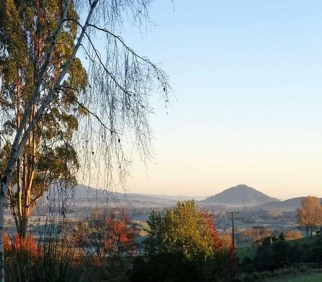 https://kamahi.co.nz/wp-content/uploads/Autumn-panorama-from-Kamahi-Cottage.jpg