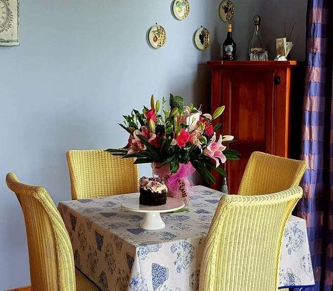 https://kamahi.co.nz/wp-content/uploads/Kamahi-Cottage-dining-area-.jpg