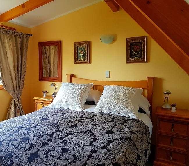https://kamahi.co.nz/wp-content/uploads/Upstairs-queen-bedroom-Kamahi-Cottage.jpg