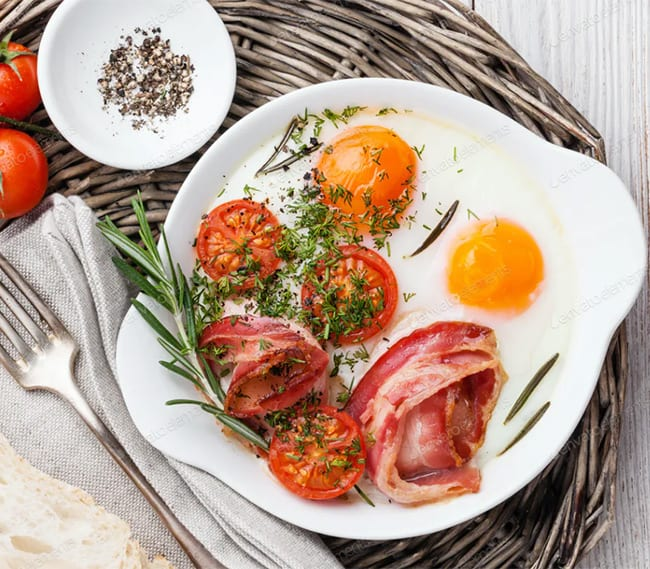 Bacon and fried eggs with roasted tomatoes